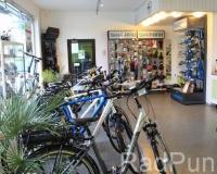 Verkaufsraum mit Fahrrädern und Shimano-Stand